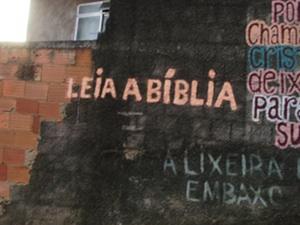 """""""Leia A Bíblia"""" pintado em um muro"""