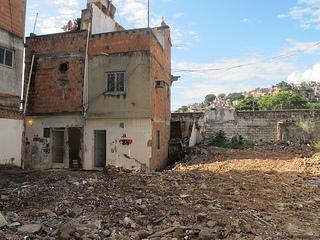 Casas demolidas e abandonadas deixam 300 famílias que restam no local correndo vários perigos