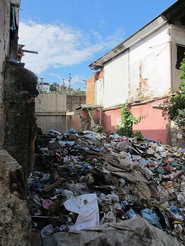 Moradores restantes vivendo em condições precárias e sem segurança