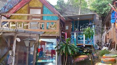 Condomínio de casas construidas pelo Wilson Alexandre, todas feitas com material reciclado