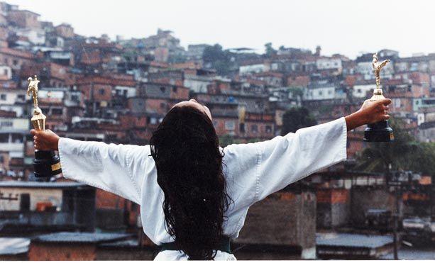 """Imagem da exposição """"Morar na favela"""", de 2006, foto por Rodrigues Moura"""