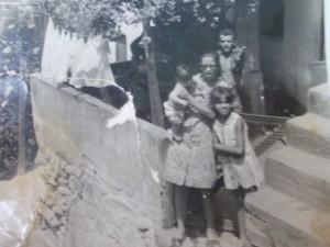 A família na fachada de casa