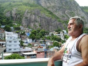 Seu Armando na varanda de sua casa