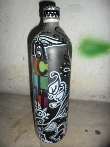 Garrafa por grafiteiro Tim