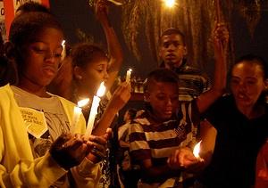 Jovens participam da vigília na Maré