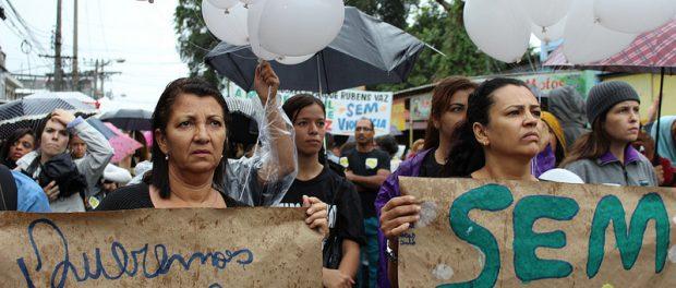 Moradores seguram placas pedindo paz. Foto: Carla Shah