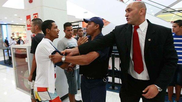 Seguranças no rolezinho no Shopping Metrô Itaquera no dia 11 de janeiro. Foto de Robson Ventura/Folhapress