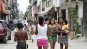 A rua é um espaço público importante na favela. Foto de Sam Faigen na Asa branca