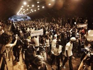 Moradores protestam na Zona Sul devido a morte do dançarino DG. Foto por mídia Ninja