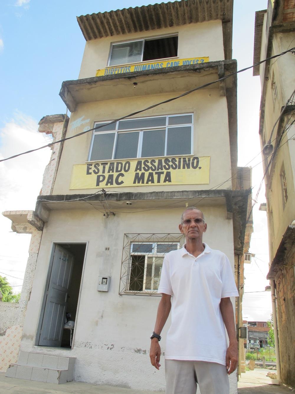 Nilson de Silva em frente a sua casa