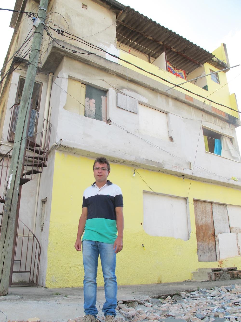Vandeley em frente a sua casa