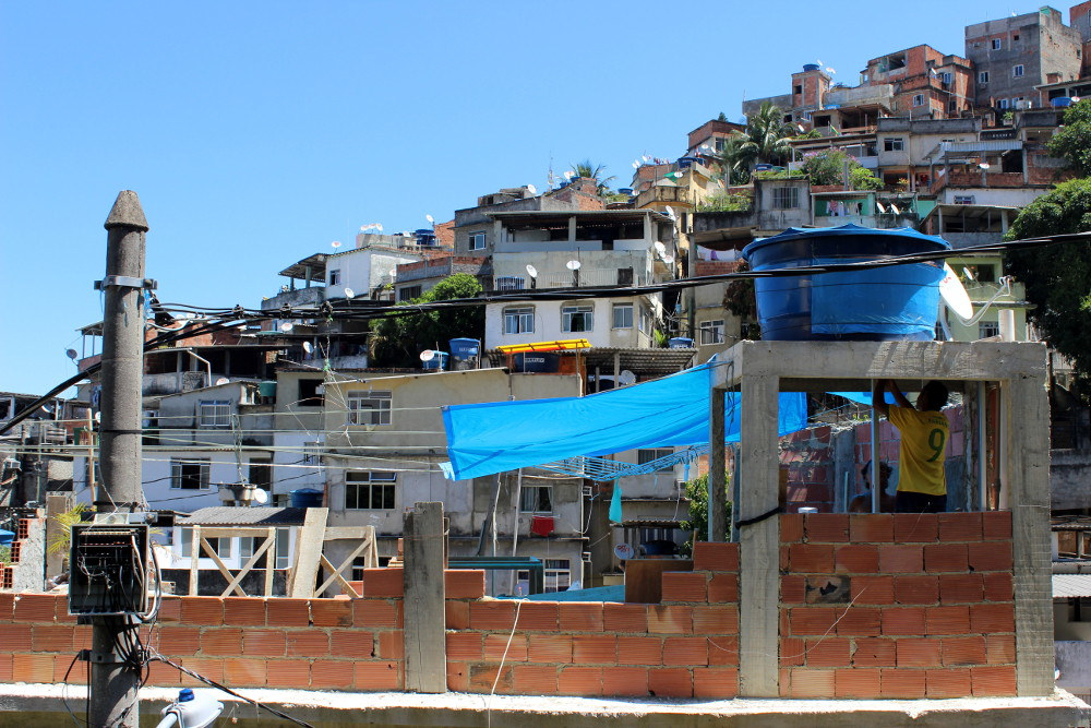 O desenvolvimento das favelas, adaptável, expande para atender a demanda por moradia à preços acessíveis