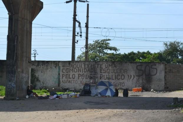"""""""SOS, aqui existe uma comunidade esquecida pelo poder público"""".""""SOS, aqui existe uma comunidade esquecida pelo poder público.""""""""SOS, aqui existe uma comunidade esquecida pelo poder público."""""""