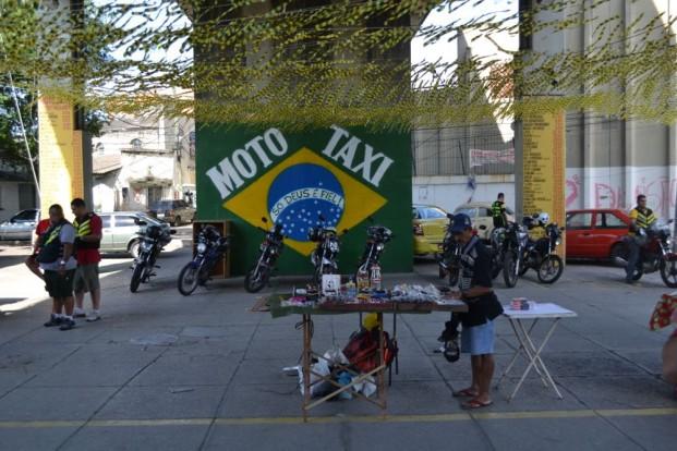 Mototáxis ao lado de fora da estação do metrô em Triagem.