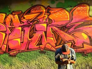 Bruno Zagri é um dos grafiteiros que coloriu a comunidade.