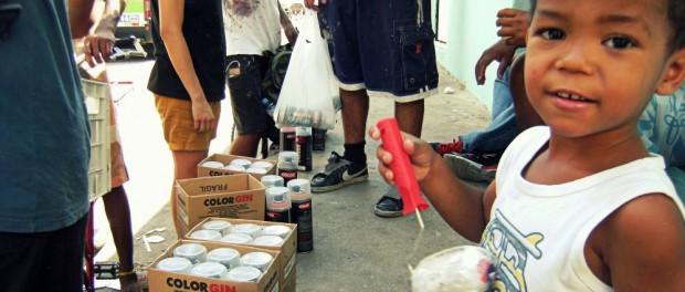 Os jovens da comunidade ajudaram com o evento.