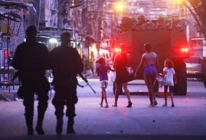 Soldados da marinha brasileira entram na Maré em um tanque de guerra no dia 30 de março, como parte do programa de pacificação do governo para limpar as favelas dos traficantes e da violência.