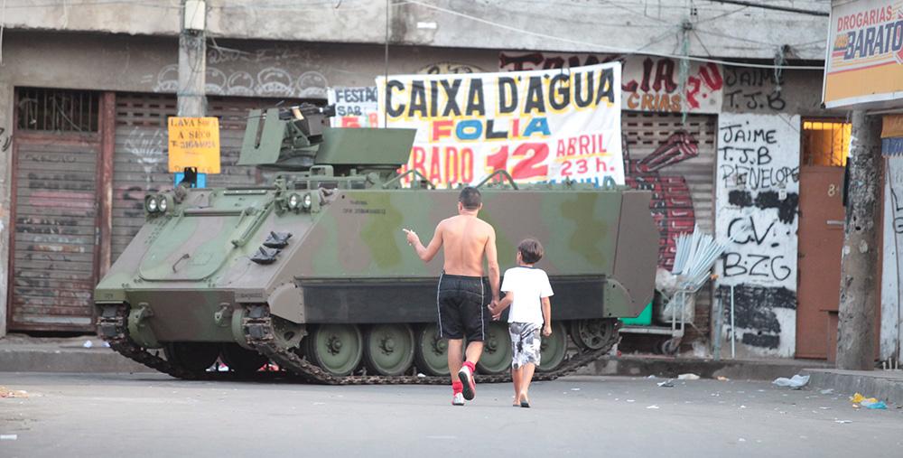 forcas-de-seguranca-ocupam-o-complexo-da-Mare-no-Rio-de-Janeiro-201403300012