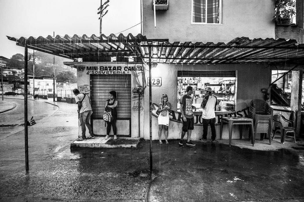 Membros do Coletivo Papo Reto no Alemão. Foto por Sebastián Liste/Noor Images/The New York Times