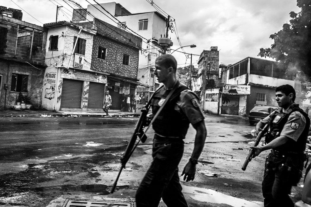 Policiais patrulham a Vila Cruzeiro. Foto por Sebastián Liste/Noor Images/The New York Times
