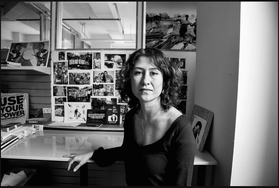 Priscila Neri, em seu escritório da WITNESS em Nova York. Foto por Devin Yalkin/New York Times. Clique para ver o slideshow: http://nyti.ms/1AS4FJz