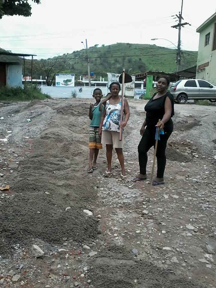 Dona Aldiceia (com enxada na mão) e Catia Maria de Andrade limpam a comunidade