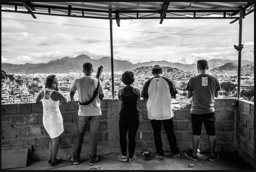 Integrantes do Coletivo Papo Reto em sua sede, sobre o Alemão. Foto por Sebastián Liste/Noor Images/The New York Times. Clique para slideshow: http://nyti.ms/1z5itZY