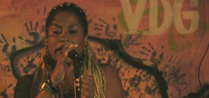 Cantora da Casa de Swing faz apresentação. Foto: Lorraine Gaucher-Petitdemange