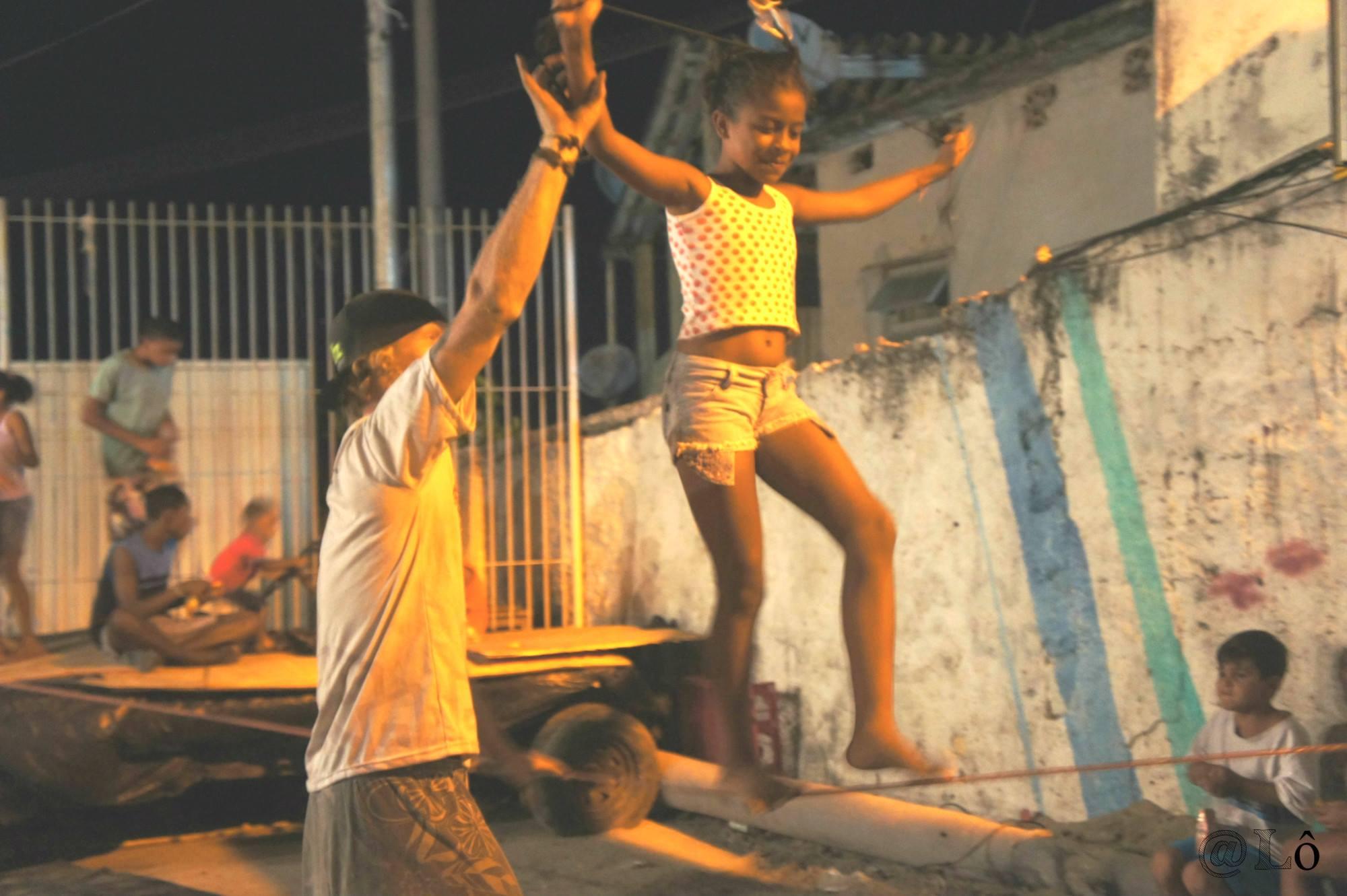 As crianças experimentam o slackline. Foto: Lorraine Gaucher-Petitdemange