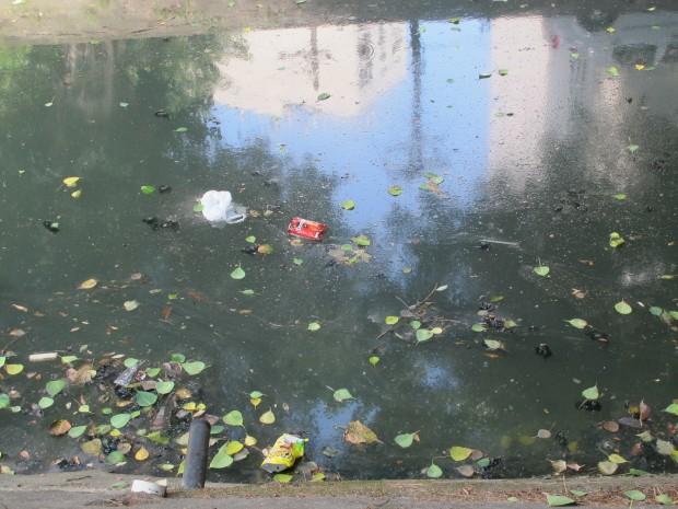 Borbulhando, água tóxica no canal da Avenida Visconde de Albuquerque, no Leblon. O canal foi criado para manter praia do Leblon limpa de lixo e poluição e permanece como um símbolo de prioridades distorcidas do governo em termos de alocação de água e infra-estrutura.