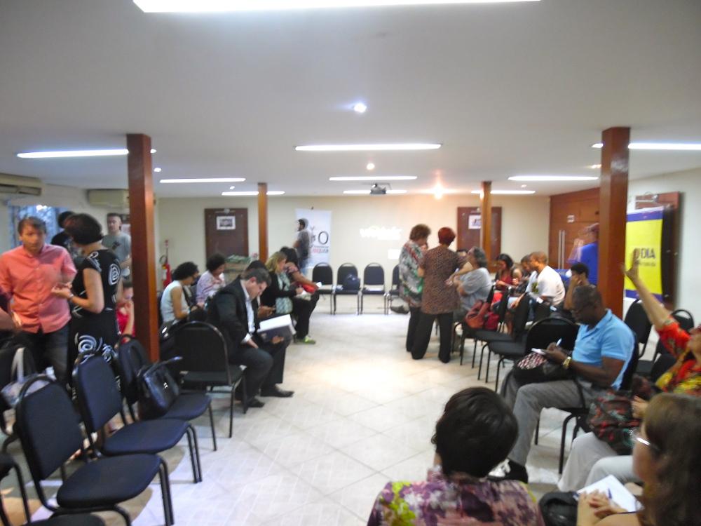 O auditório foi enchendo de pessoas lentamente.