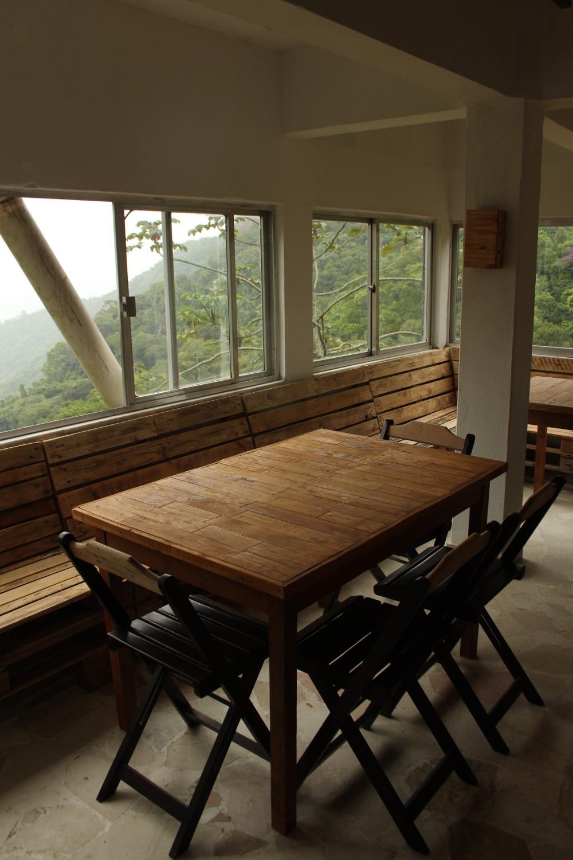 O novo restaurante está quase pronto, com mesas e cadeiras no estilo rústico.