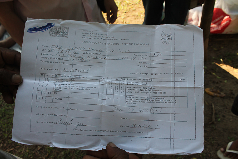 Eduardo recebeu documento garantindo um apartamento. Foto: Valentina Romanin