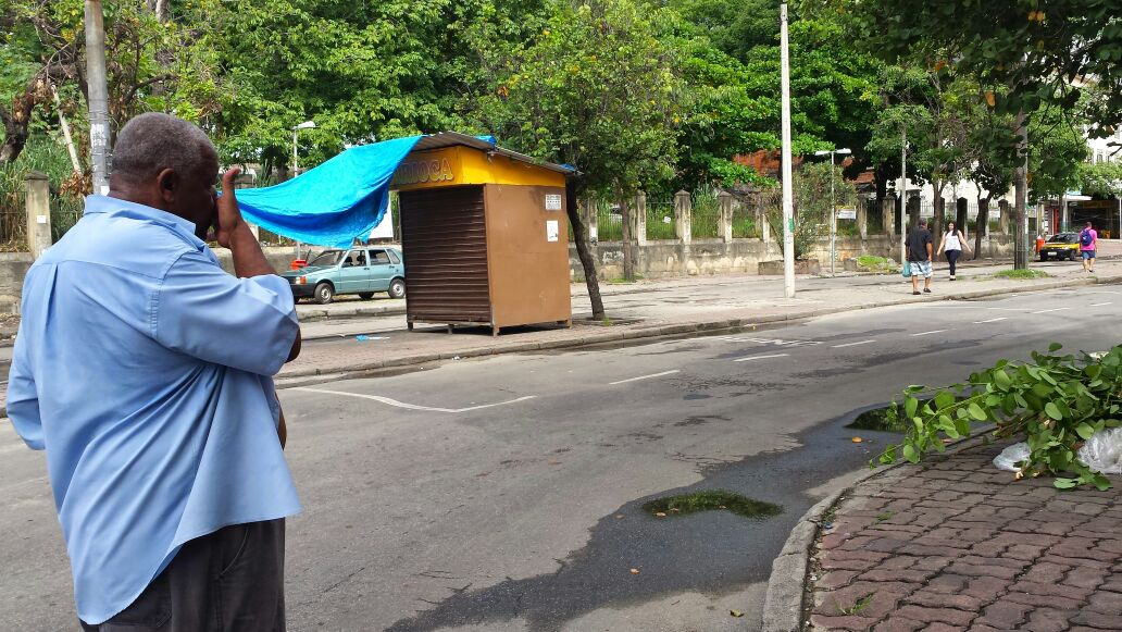 Miguel Silva de Moura, presidente da Associação de Moradores, observa a praça vazia