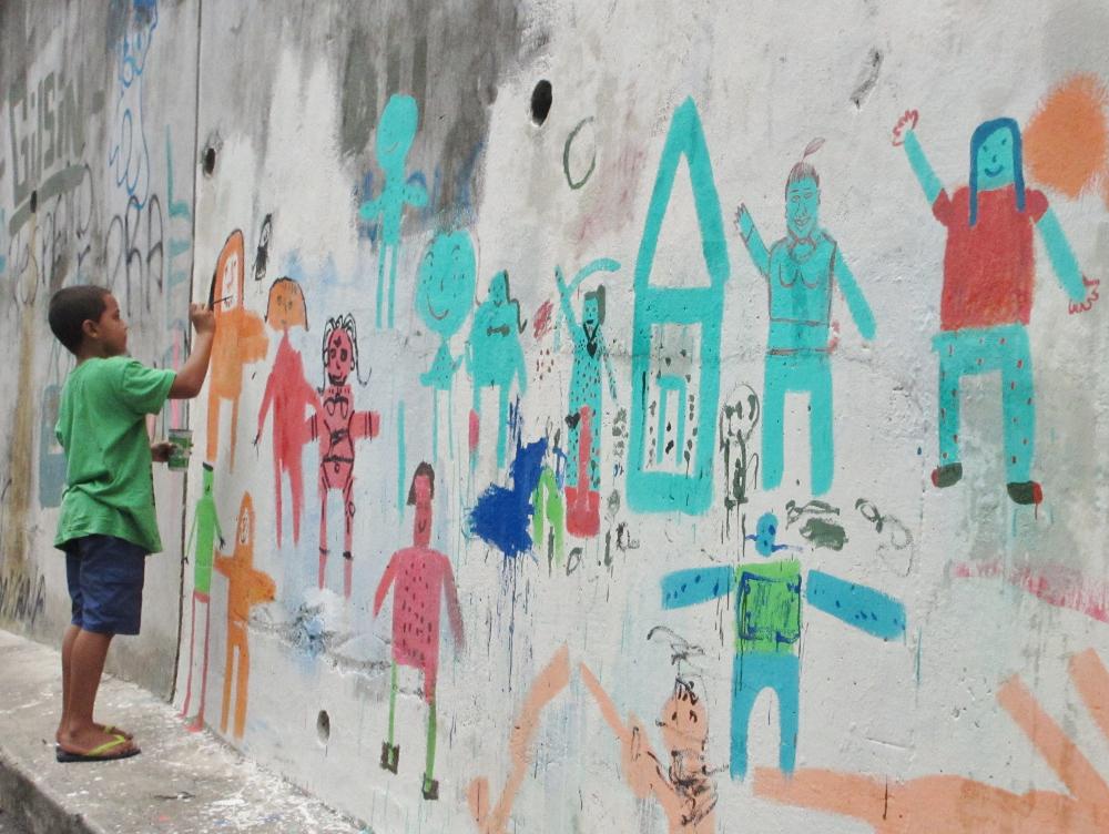 Crianças aprendem a fazer arte em atividade do movimento na Escolinha de Arte Urbana