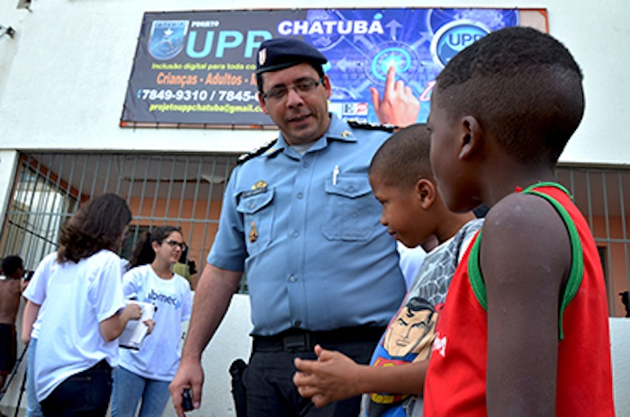 Capitão Leo Luldoff com crianças em Chatuba. Foto: UPP Rio de Janeiro