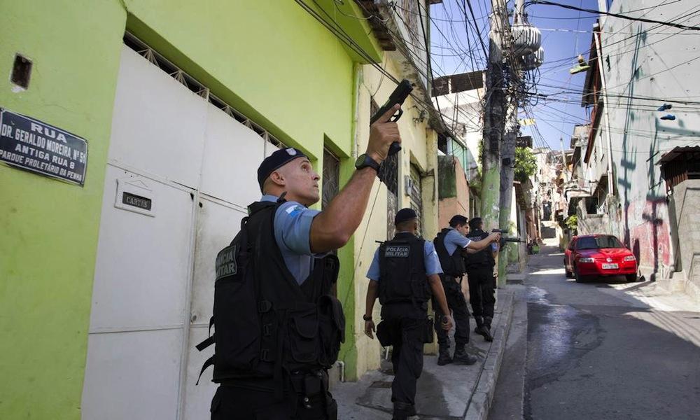 Policiamento no Parque Proletario. Foto: Marcia Foletto / Agencia O Globo