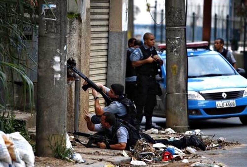 Confronto entre traficantes e policiais na Vila Cruzeiro em 2014.