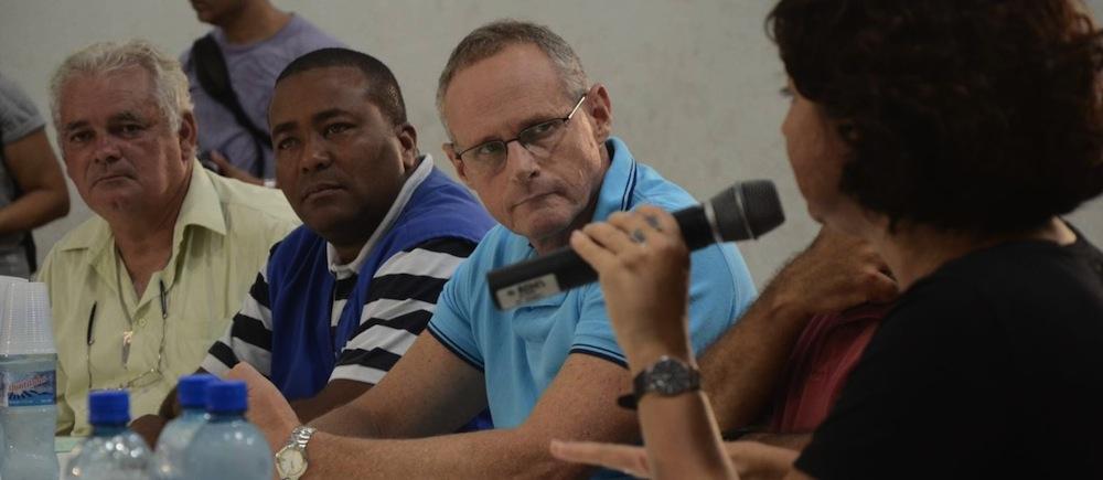 Beltrame escuta o discurso de Eliana em um encontro comunitário em abril de 2014. Foto: O Globo