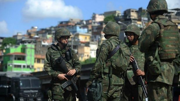 Forças militares na Maré. Foto: Folha Press