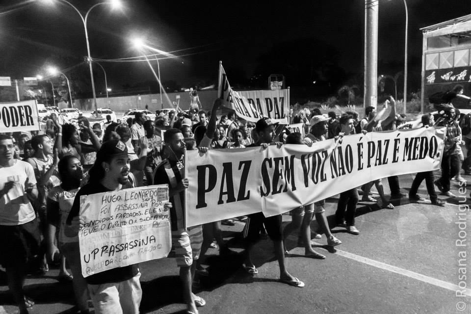 A sociedade civil se mobiliza para lutar contra a violência na comunidade.