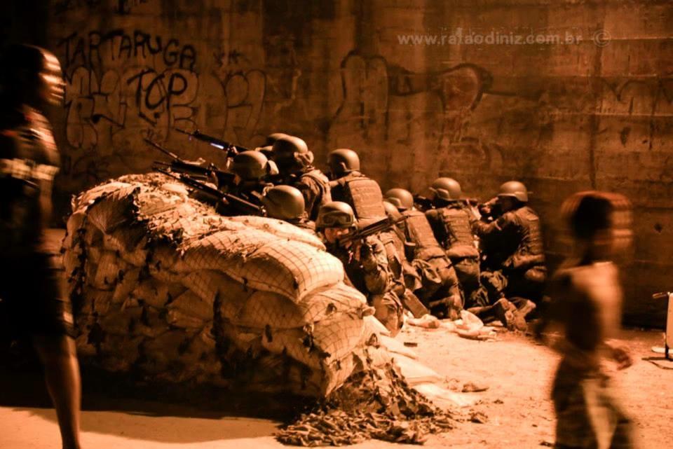 Soldados se preparam para agir durante um protesto. Foto: Favela Em Foco