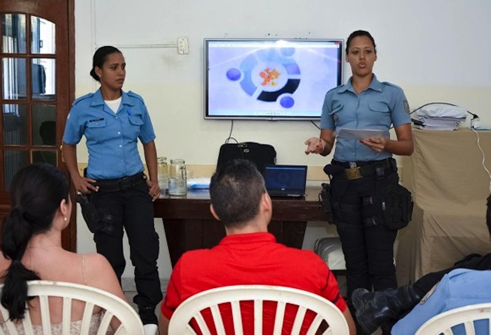 Policiais da UPP se apresentam a comunidade.