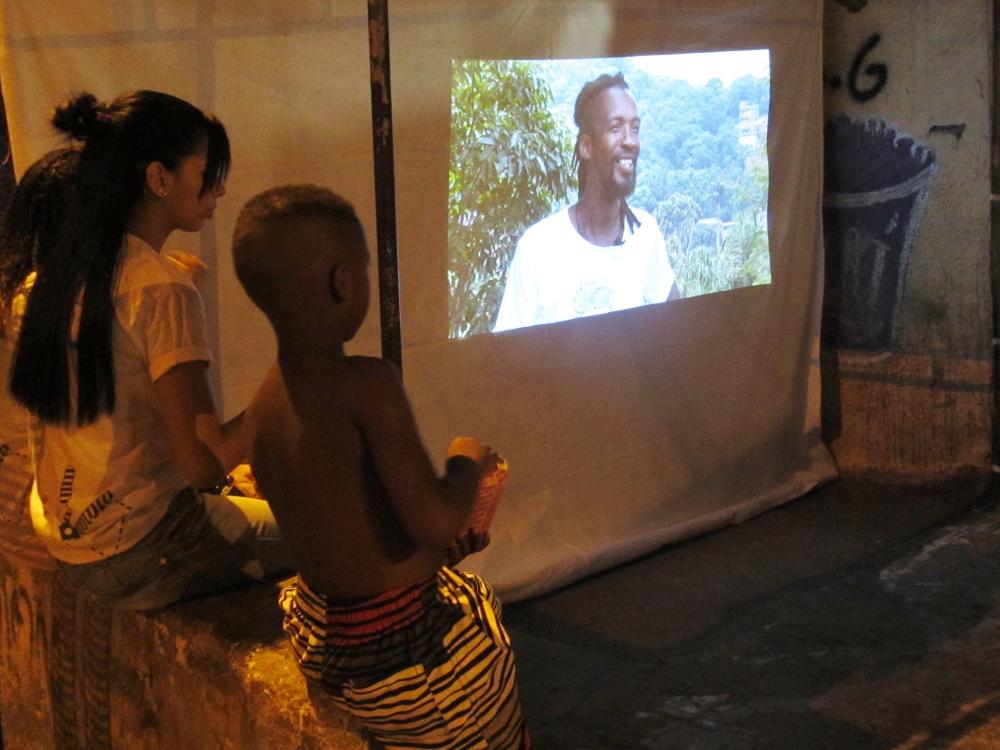 Moradores do Alemão assistem o documentário produzido por jovens da comunidade.