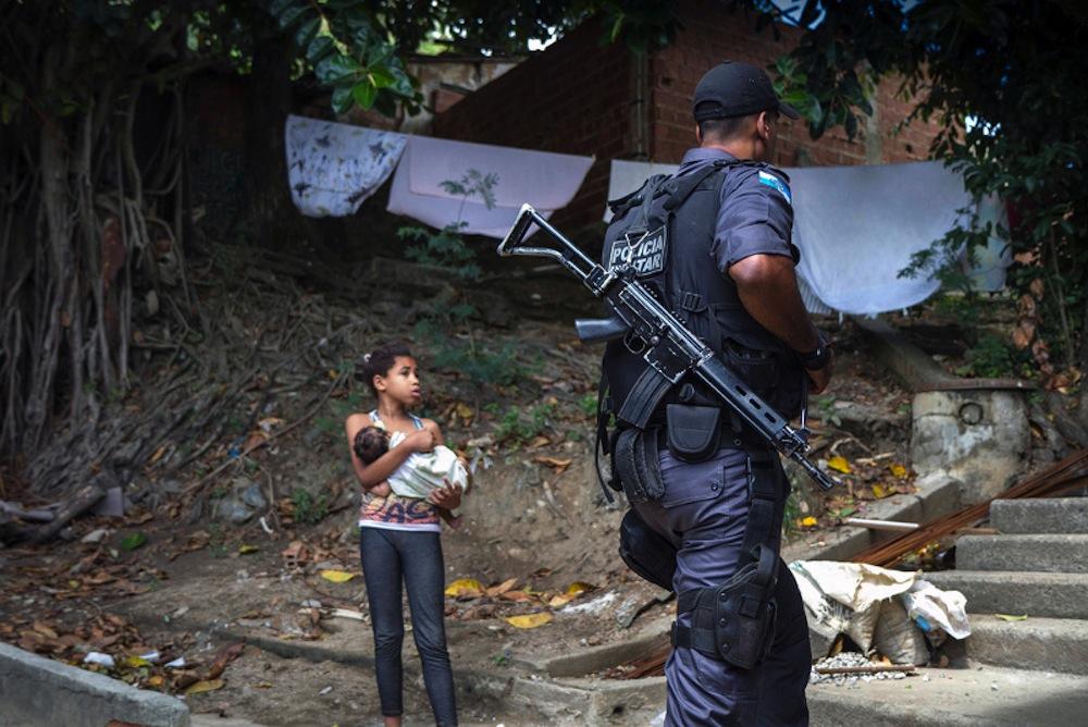 Policial e jovem moradora do Lins após a pacificação.