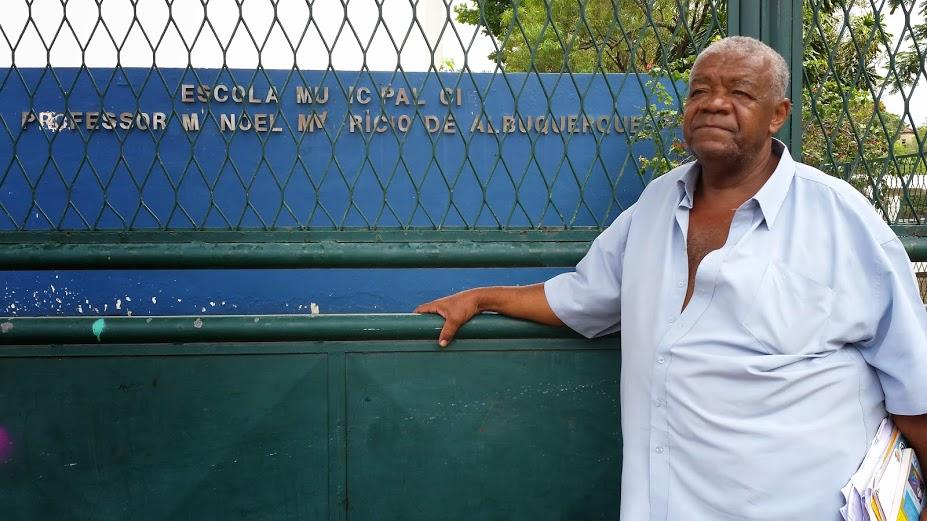 Miguel SIlva de Moura na frente do colégio