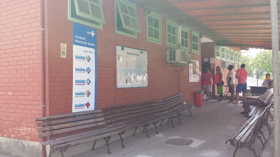 Pacientes esperam na clínica