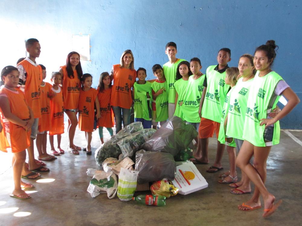 Materiais recicláveis recolhidos por crianças da comunidade