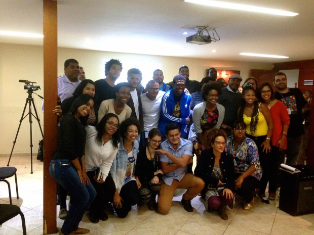 VivaFavela-Colellective-panel-posing-with-audience-members-after-the-dialogue-