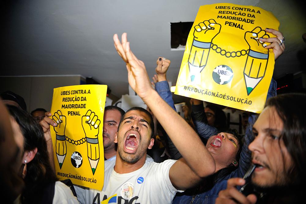"""Manifestantes contrários a redução da maioridade penal promovem um """"apitaço"""" do lado de fora do auditório (Fabio Rodrigues Pozzebom/Agência Brasil)"""
